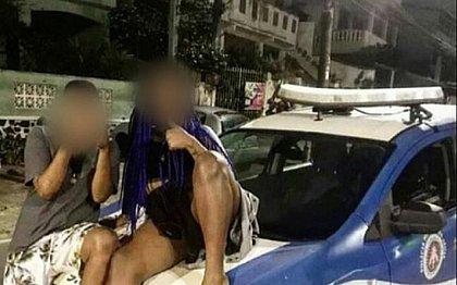 Mulher é detida em Salvador após postar foto sentada em viatura: 'De rolê com as put*s'