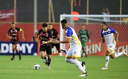 Léo Ceará ganhou vaga de centroavante, mas não aproveitou