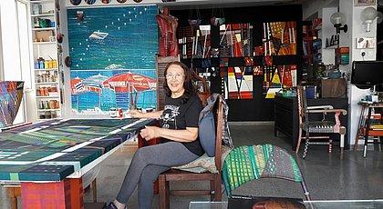 Artista visual Maria Adair apresenta exposição com pinturas para além das telas