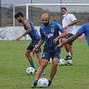 Thaciano, com a bola, é titular absoluto do Bahia na temporada 2021
