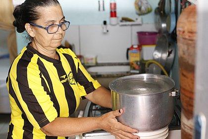 Torneiras secas: idosos quebram quarentena para conseguir água potável