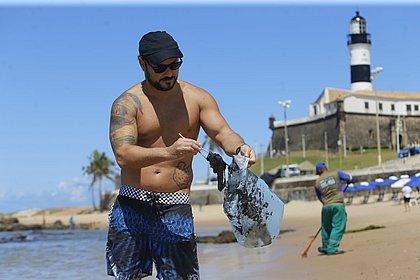 Manchas de óleo chegam às praias de Ondina e do Farol da Barra