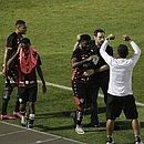 Rafael Carioca comemora com o técnico Bruno Pivetti na beira do campo, no estádio Moisés Lucarelli