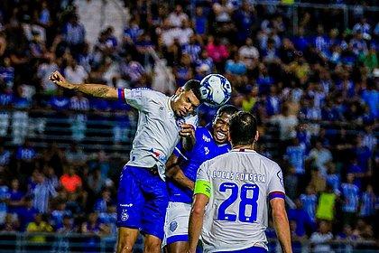 Juninho em uma disputa de bola durante o jogo contra o CSA