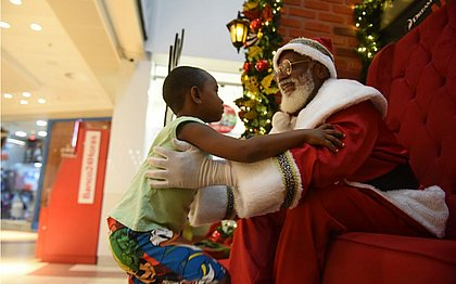 Papai Noel recebe criança para mais uma abraço, pedidos de presentes e fotos