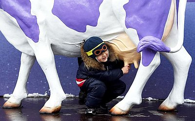 Vaca decorativa na região central da capital ucraniana de Kiev, durante o feriado do Natal ortodoxo que acontece dia 7 de janeiro.
