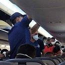 Jogadores de Bahia e Vitória dentro do avião no voo de Fortaleza para Salvador