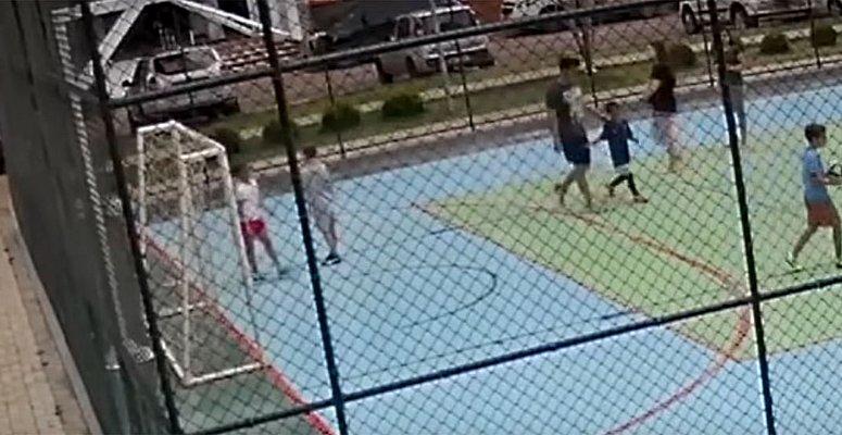 https://www.correio24horas.com.br/noticia/nid/homem-segura-menino-de-6-anos-para-filho-bater-veja-video/