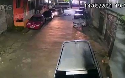 Vídeo flagra momento em que idoso é morto em assalto ao tentar salvar a filha