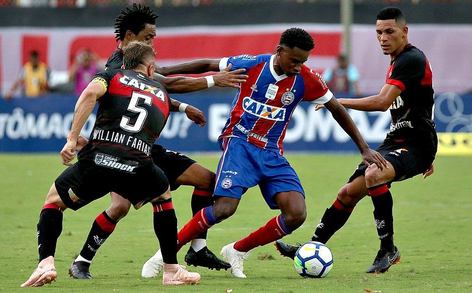 5b06c3c875ebf Ramires é cercado pelos jogadores do Vitória no Barradão (Foto  Felipe  Oliveira EC Bahia)