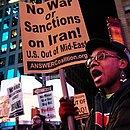 Na Times Square, em Nova York, ativistas pedem fim das sanções ao Irã e que os EUA não entrem em guerra com o país persa
