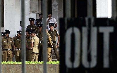 Agentes da polícia do lado de fora da Suprema corte do Sri Lanka em Colombo, onde o primeiro-ministro Mahinda Rajapakse teve suspensos seus poderes.
