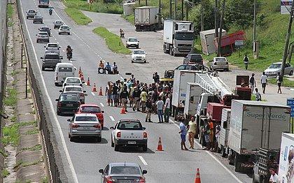 Associação pede que caminhoneiros retirem veículos das rodovias