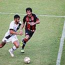 Fernando Neto em lance de disputa de bola