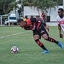 No Barradão, Samuel briga pela bola diante do CRB