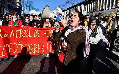 Estudantes do ensino médio participam de uma manifestação contra as reformas educacionais propostas pelo governo francês em Marselha, no sul da França.