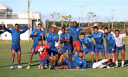 Jogadores do time de transição do Bahia após o rachão