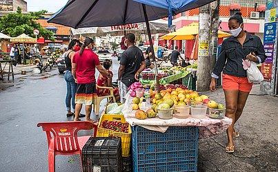 Na Boca do Rio, os vendedores também já tomavam conta das ruas e calçadas.