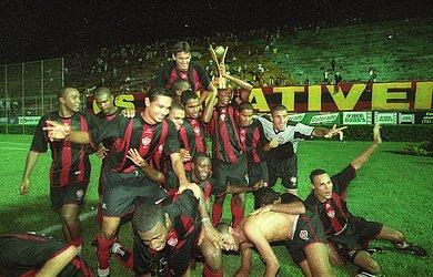 Nadson do Vitória foi o artilheiro do torneio de 2003. E a partida final foi um empate de 1x1 com o Fluminense de Feira.