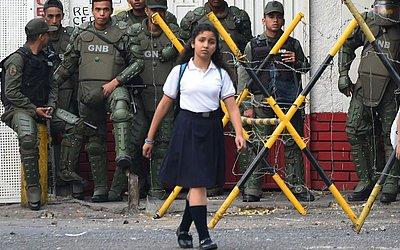 Moradores de Urena, no estado de Táchira, na Venezuela que todo dia atravessam a fronteira da Colômbia para trabalhar ou estudar permanecem bloqueados na rua perto da ponte de Tienditas.