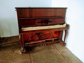 Piano Meister/Fritz Dobbert – Fabricação Nacional. A empresa foi fundada em 1950. Há pianos da linha Meister à venda na internet entre R$ 5 mil e R$ 10 mil