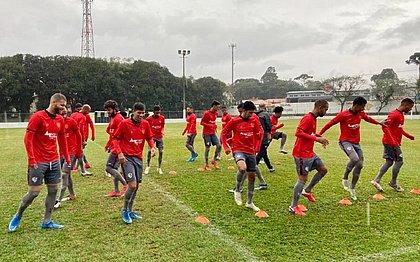 Elenco do Vitória treina no estádio Egidio Pietrobelli, do Iguaçu, em Curitiba