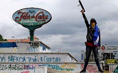 Protesto contra o governo em Manágua.Trezentos nicaraguenses formaram uma corrente humana ao longo da estrada que liga a rótula Metrocentro à Universidade centro-americana (UCA) exigindo a libertação dos presos políticos.