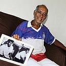 Manezinho mostra foto do título de 1967, ao lado do meia Zé Eduardo