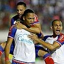 Caíque comemora gol de empate com o Atlético. Foi o primeiro do atacante como profissional