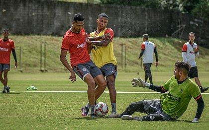 Samuel Granada (sem colete) disputa bola durante treino na Toca do Leão