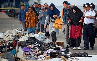 Parentes tentam identificar itens pessoais de entes queridos que estavam a bordo do avião da Lion Fly  que caiu no mar na Indonésia.