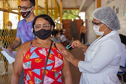 Lauro de Freitas vacina pessoas a partir de 55 anos nesta sexta-feira (11)