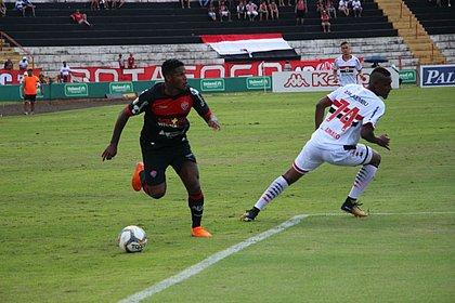 Rodrigo Andrade na jogada em que cruzou para o gol de Caíque Silvio