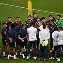 Técnico Tite conversa com os jogadores antes do treino no Pacaembu