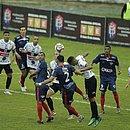 Jogadores de Bahia de Feira e Atlético disputam a bola no estádio Carneirão, em Alagoinhas