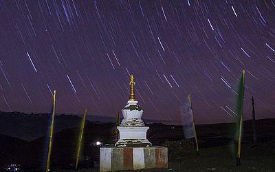 Monumento budista, que representa a mente de todos os seres iluminados – Budas é visto à noite perto do Mosteiro de Tnagyud Gompa no Komik , 5.500 metros acima do nível do mar no Himalaia, na Índia.
