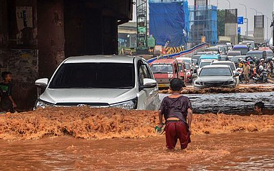 Rua alagada em Bekasi, na Província de Java, na Indonésia.