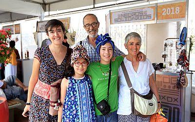 Clara Monroy foi conferir o evento com a família e as pequenas Paula, 8, e Fátima, 11, aproveitaram para colocar um turbante