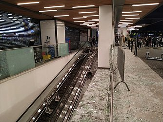 Vidraça quebrada em shopping onde fica Carrefour em SP