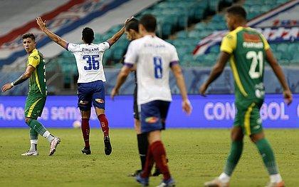 Matheus Bahia na comemoração pelo primeiro gol como profissional