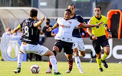David briga pela bola durante jogo contra o Remo, no estádio Baenâo, em Belém