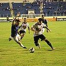 Andrigo dribla o marcador rival e, na sequência, marca o segundo gol do Vitória no estádio Batistão