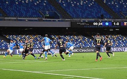 Lance da partida entre Napoli e Genoa: clube de Gênova tem 14 casos positivos de coronavírus