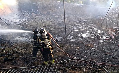 Bombeiros trabalharam no local da explosão.