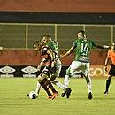 Autor do primeiro gol contra o Altos, Samuel protege a bola no Barradão
