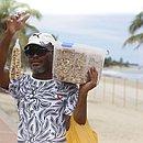 Com as praias fechadas no último fim de semana, ambulantes não encontraram clientes