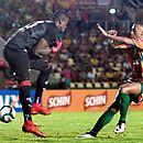 Caíque deixa bola passar antes de Bruninho aproveitar para fazer o gol