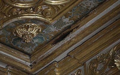 Buraco no teto de templo, provocado pela ação de cupins