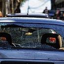 Carros que estavam estacionados na rua ficaram com marcas de tiros e vidros quebrados