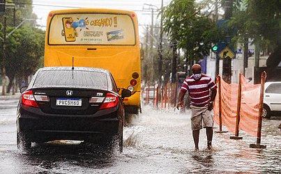 Pedestres também tiveram que encarar a água que chegava na altura da canela.